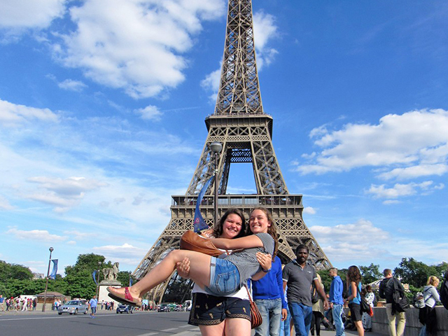 Leeza_in_front_of_Eiffel_Tower_Paris